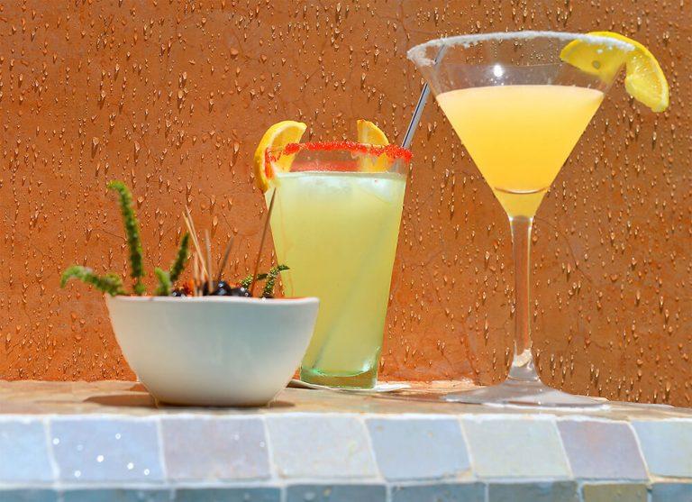 cocktails piscine riad Dar Housnia à Marrakech